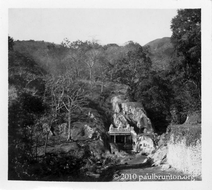 Kalhatti_Cave_Temple_in_Mysore_state_copyright
