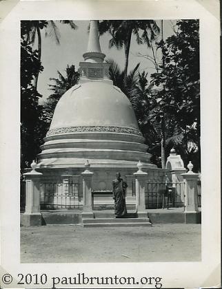Stupas_in_Colombo_Ceylon_copyright