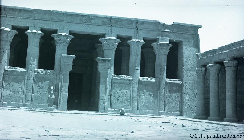 Temple_of_Horus_at_Edfu_facade_copyright